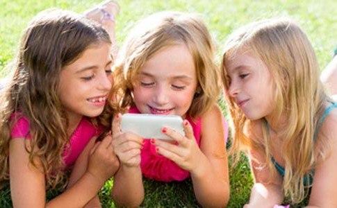 3 Mädchen mit Smartphone