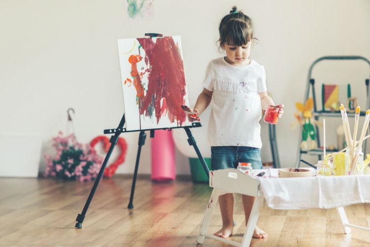Kleines Mädchen, das ein Bild malt