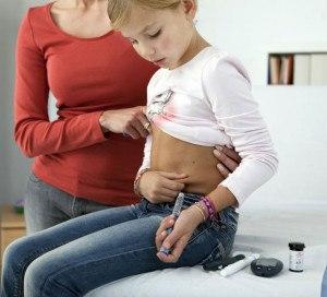 Mädchen spritzt sich Insulin