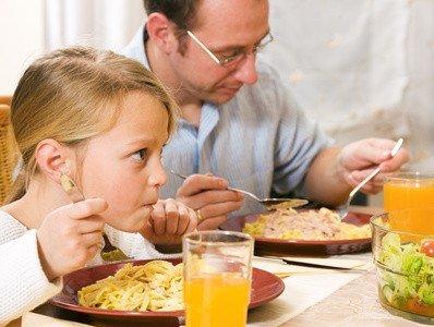 Mindestens eine Mahlzeit am Tag sollte gemeinsam zu sich genommen werden.