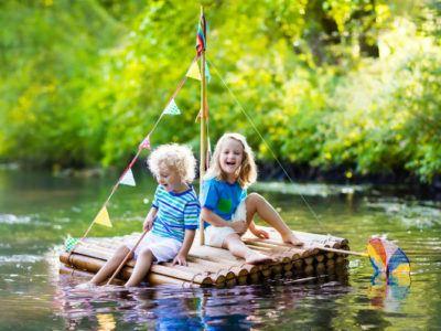 Floßfahren als Aktivität mit Kindern draußen