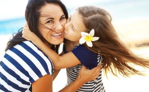 Eine alleinerziehende Mutter mit Ihrer Tochter