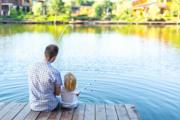 Vater allein mit Kind beim Angeln
