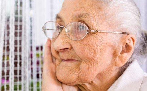 Nachdenkliche alte Frau - Oma