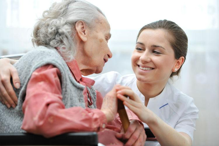 Altenpflege - alte Frau mit junger Pflegekraft