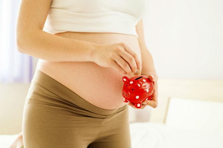 Schwangere Frau und Geld