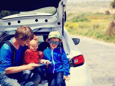 Vater mit Kindern auf Autoreise