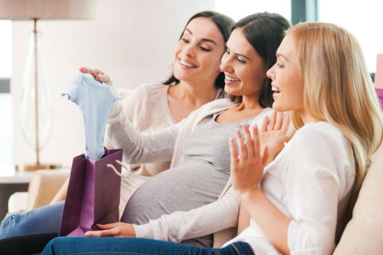 Frauen feiern Babyparty