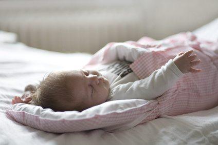 ein schlafendes Baby im Schlafsack