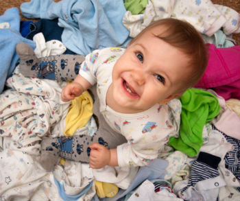 Klamottenberg mit baby