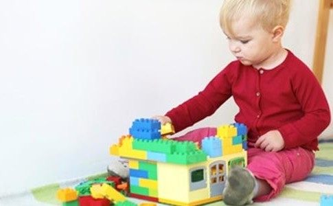 Baby mit Lego