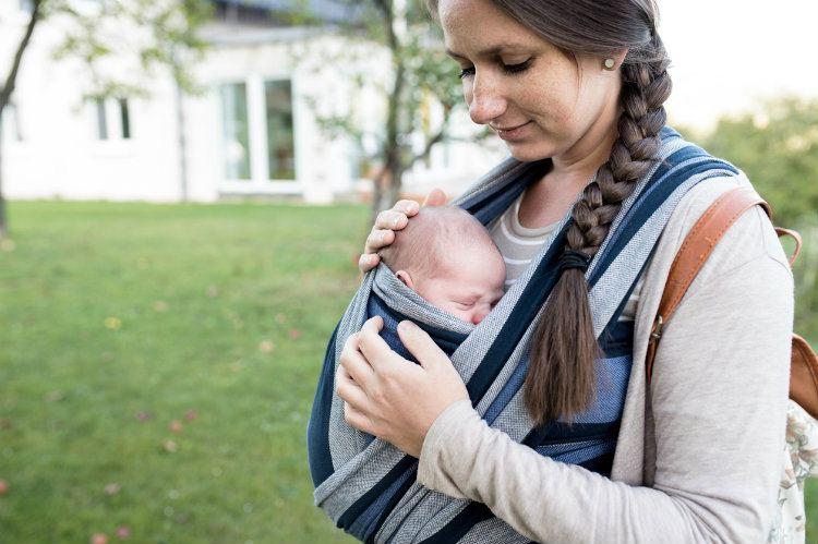 ein baby richtig tragen babytragetuch manduca co was ist geeignet. Black Bedroom Furniture Sets. Home Design Ideas