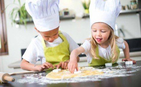 Kinder backen Kekse