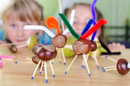 Kinder entwickeln beim Basteln ihre motorischen Fähigkeiten weiter
