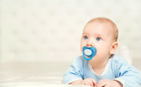 Ein Baby mit Schnuller