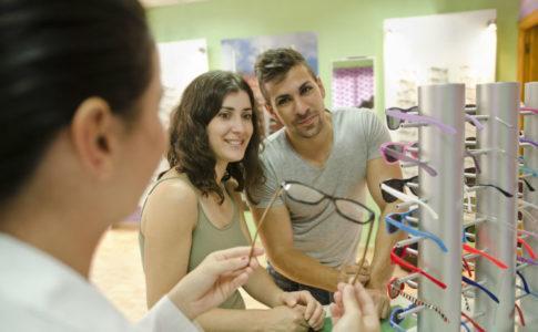 junges paar sucht Brille beim Optiker aus