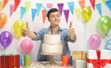 Teenager freut sich ueber Geburtstagsgeschenke