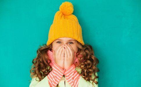 Mädchen mit selbstgestrickter Mütze