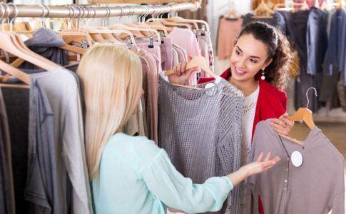 Zwei Frauen beim Einkaufen von Kleidung