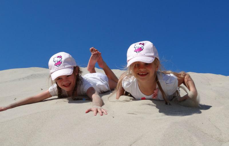 Kinder in den Dünen