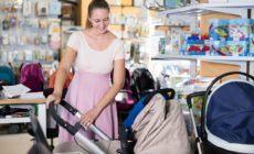 Werdende Mutter sucht einen passenden Kinderwagen