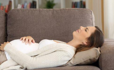 Schwangere Frau kämpft mit Übelkeit