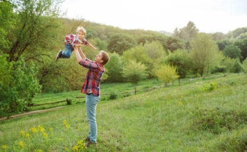Ein Vater, der seinen Sohn hochhebt