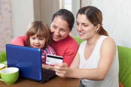Frauen aus drei Generationen bestellen im Internet.