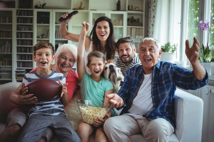 Glueckliche Mehrgenerationenfamilie im Wohnzimmer