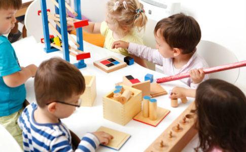 Kinder mit Lernspielzeugen