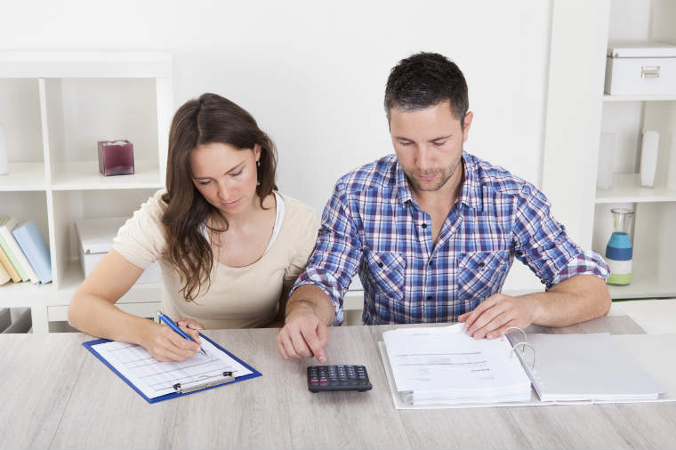 Eltern vor der Steuererklärung