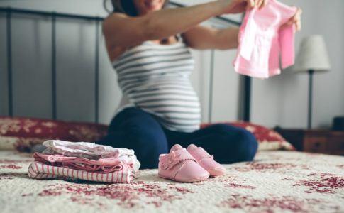Frau such Kleidung für Baby aus
