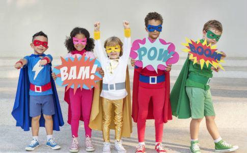 Kinder als Superhelden verkleidet