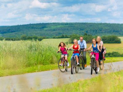 Familie, die eine Fahrradtour mit drei Kindern macht