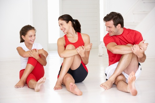 Eine Familie beim gemeinsamen Fitness.