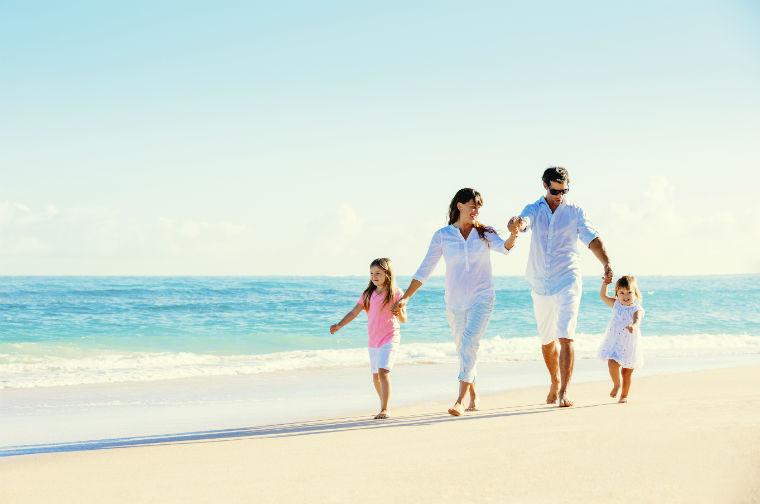 Familie geht am Strand spazieren