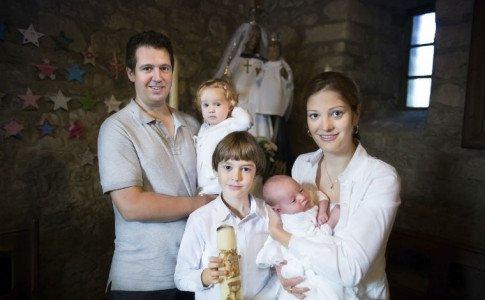 Familie bei der Taufe
