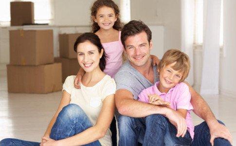 Junge Familie bezieht neue Wohnung