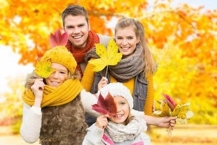 Familie im Herbstlaub