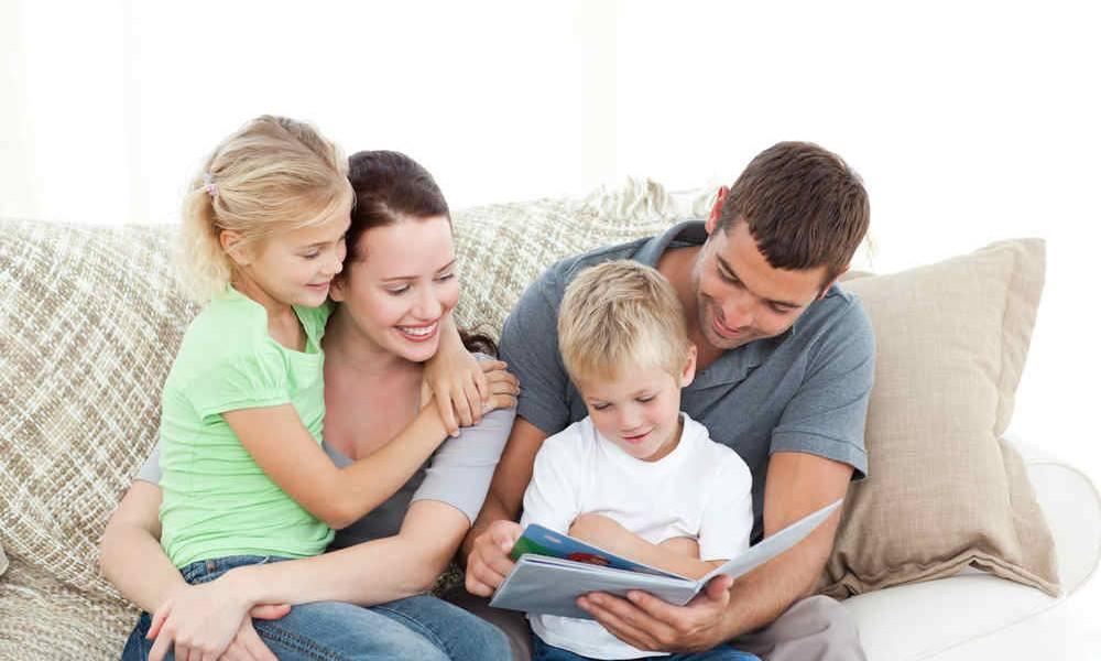Familie liest im Fotoalbum