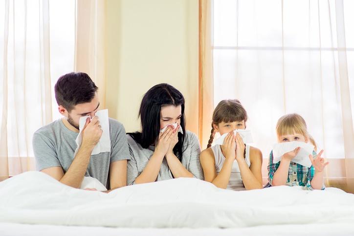 Familie, die allergisch gegen Hausstaub ist
