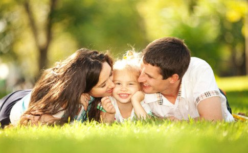 Junge Familie liegt im Park