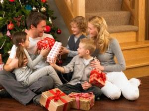 Familie unter dem Weihnachtsbaum