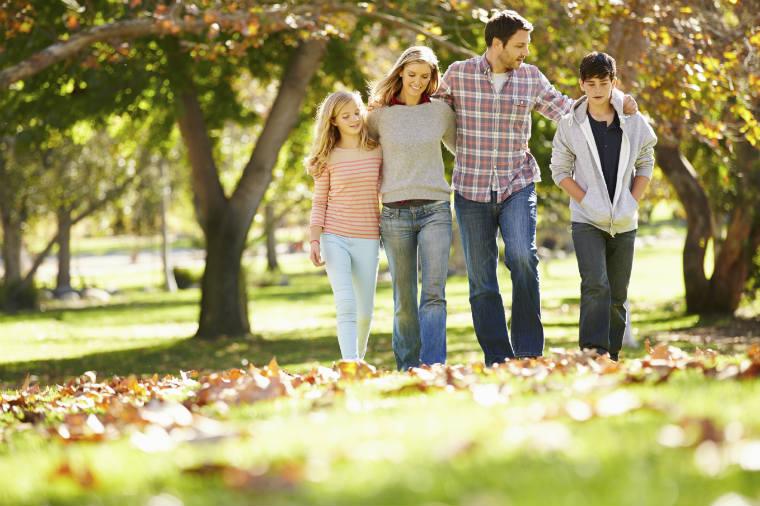 Familie geht spazieren