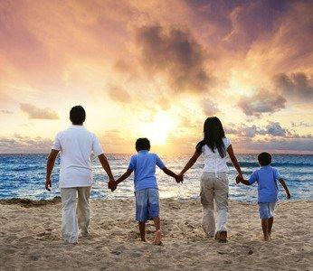 Familie mit zwei Kindern am Strand