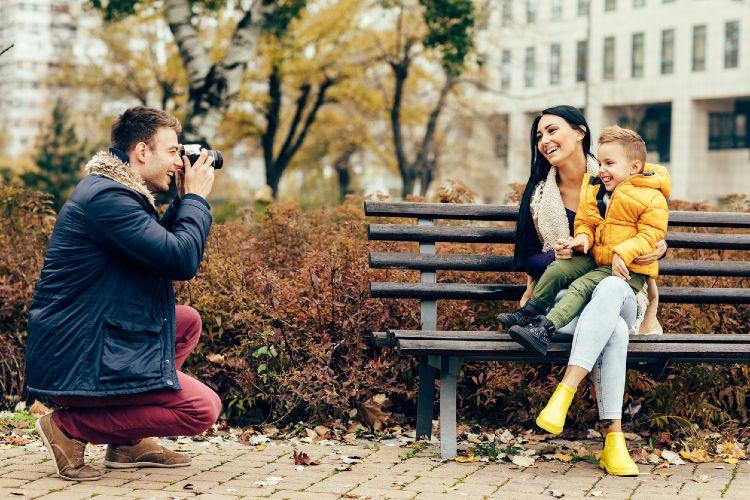 Mann fotografiert Frau und Kind