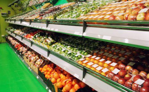 Supermarktregal in dem nur in Plastik verpacktes Obst liegt