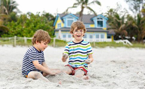 zwei Kinder im Sandkasten