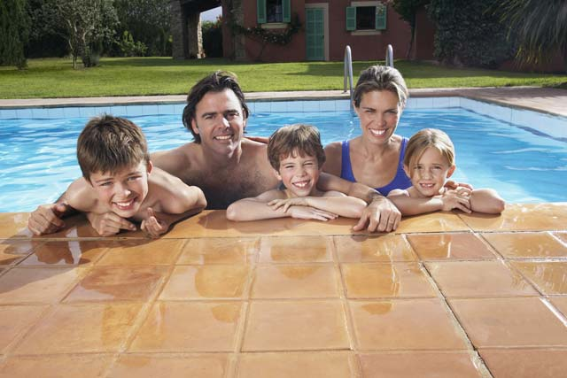 Familie im Swimming Pool