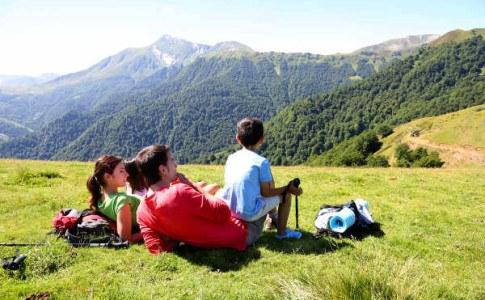 Familie entspannt auf dem Berg